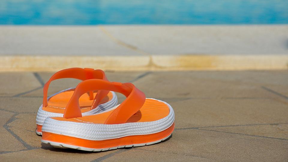 boty u bazénu