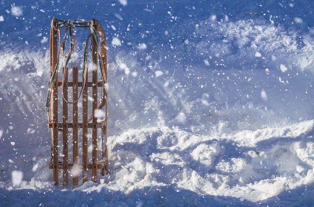 sáňky ve sněhu