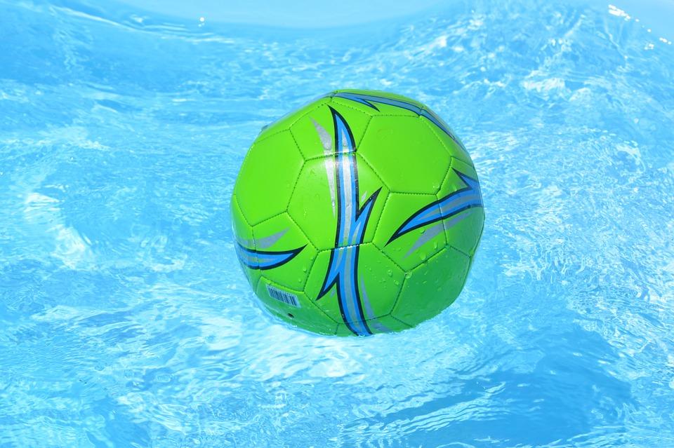 míč na hladině